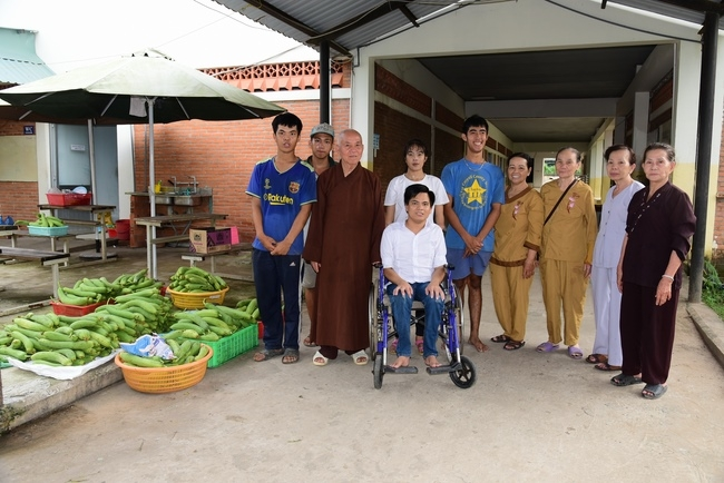 Support money to build houses and visit the Vocational Training Center for the disabled in Hoc Mon