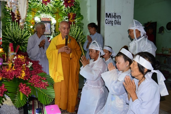 The rite of putting the Buddha statue and praying for rebirth in Binh Chanh