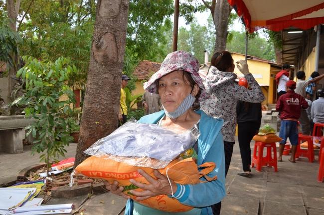 Phát quà từ thiện tại chùa Hưng Pháp – Đồng Nai