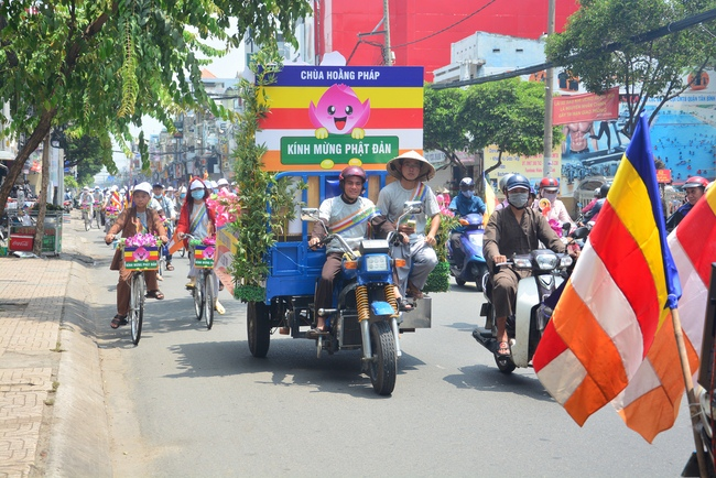 Diễu hành xe đạp hoa kính mừng Đại lễ Phật đản