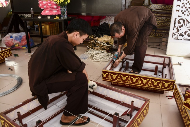 Công tác chuẩn bị đêm hoa đăng kỷ niệm đức Phật A-di-đà (phần 2)