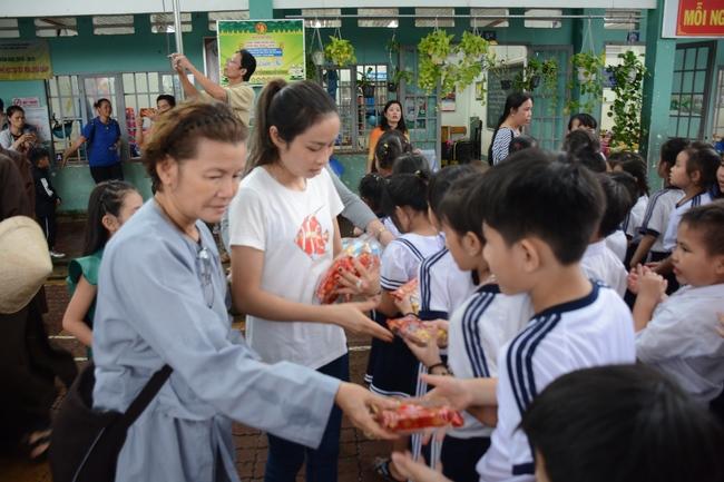 Tặng quà học sinh nhân dịp Tết Trung Thu