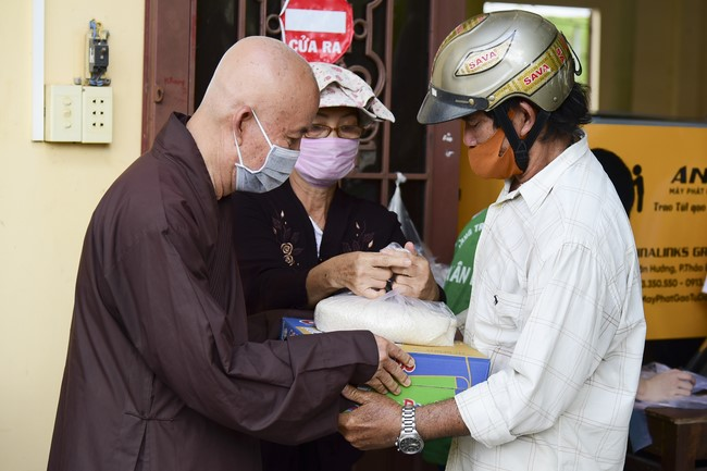 Hỗ trợ gạo cho chùa Hưng Pháp, Đồng Nai