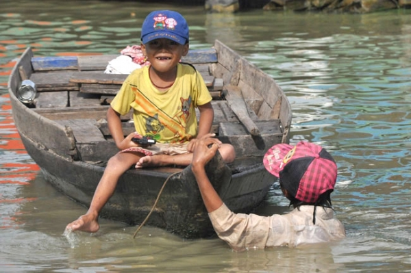 Chuyến từ thiện tại Biển Hồ - Campuchia